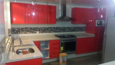 Cocina Integral en Alto Brillo Rojo y Cubierta de Granito Itaunas