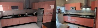 Cocina Integral en Alto Brillo Rosa y Cubierta de Granito en GAM