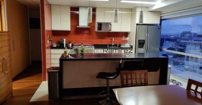 Cocina Integral de lujo, acabados en alto brillo color Champan, cubiertas de Granito