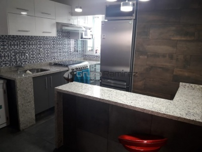 Cocina Integral en Alto Brillo Blanco y Cubierta de Granito Natural en GAM