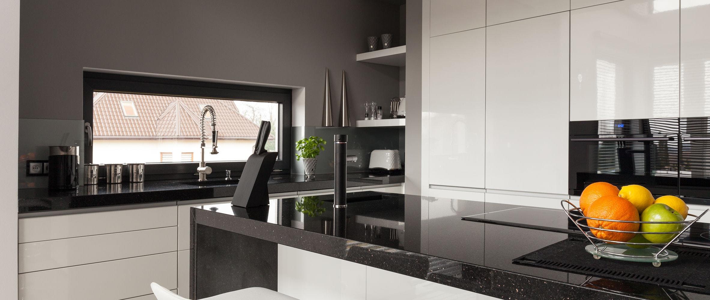 Cocina Integral con Cubierta de Granito Natual Black Galaxy. Creamos espacios funcionales.